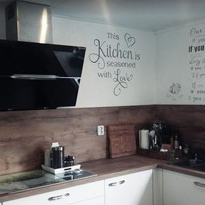 Keukentekst op de muur geschilderd met afbeelding
