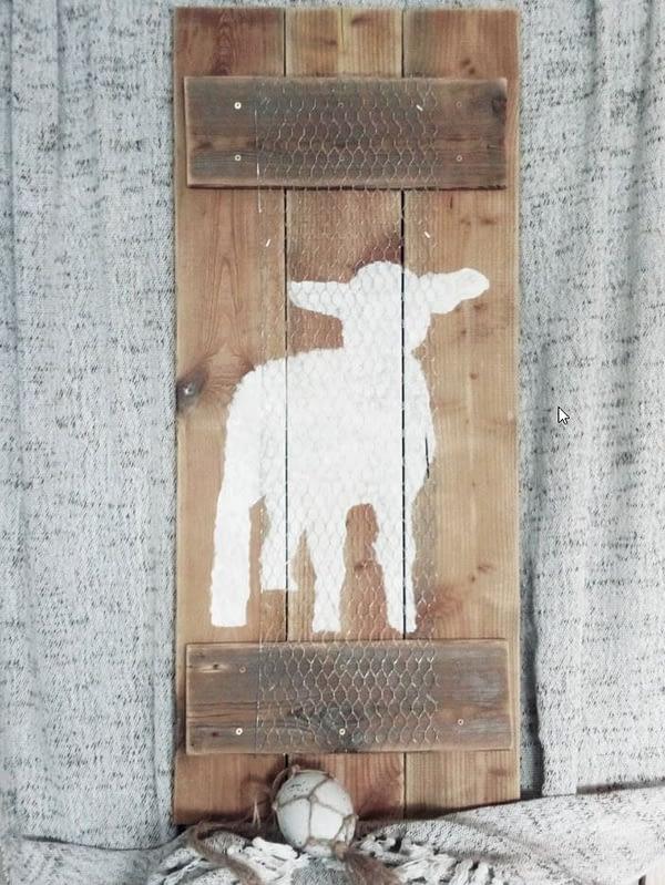 Houten deco-bord gemaakt van schuttinghout met handgeschilderde afbeelding van een lammetje en kippengaas.