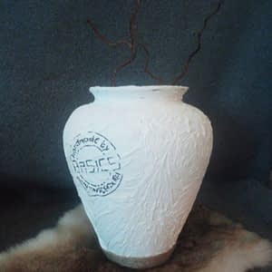 Glazen bolvaas gepimpt en voorzien van reliëf structuur, touw en logo