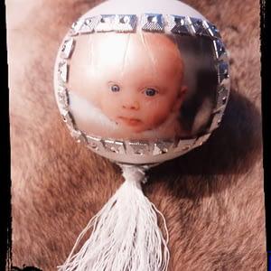 Kerstbal voorzien van foto met naam, jaartal en decoratie