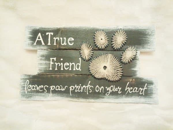 Deco-bordje: A true friend leaves pawprints (string-art)