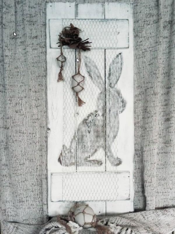 Deco-bord - Pasen konijn gemaakt van schuttinghout in landelijke stijl. Bord is voorzien van kippengaas en afbeelding van een konijn
