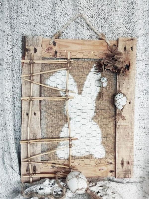 """Deco-bord - Pasen """"raster konijn"""" gemaakt van pallethout en kippengaas. Handbeschilderde jutedoek met afbeelding van een konijn."""