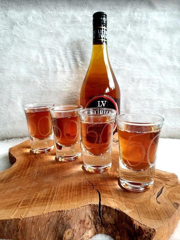 Shot-glaasjes houder landelijke stijl met gegraveerde shot-glaasjes