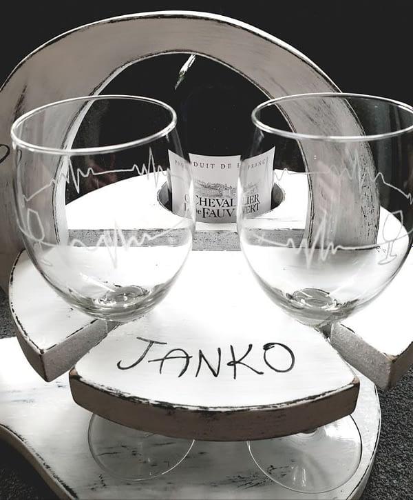 Houten wijnstandaard met gegraveerde glazen en houten 70