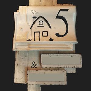 Huisnummer bord 5 met huisje erop geschilderd en naambordjes