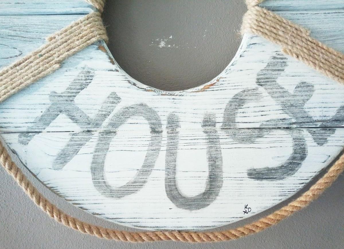 Beach House Reddingsboei gemaakt van schuttingplanken voorzien van touw