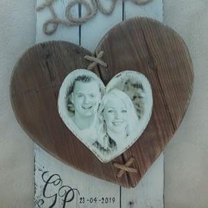 Herinneringsbord Geregistreerd Partnerschap van pallethout in landelijke stijl met hartjes en foto