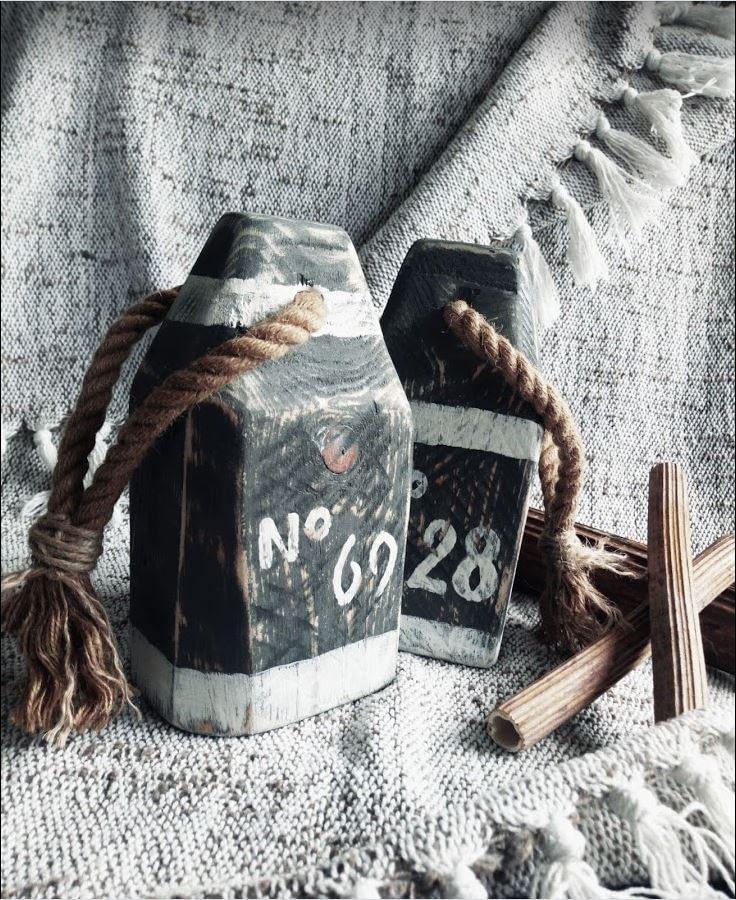 Houten boei ('buoy') geverfd en voorzien van tekst