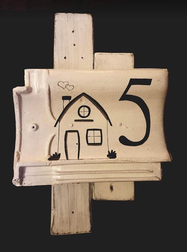 Huisnummer bord 5 met huisje erop geschilderd