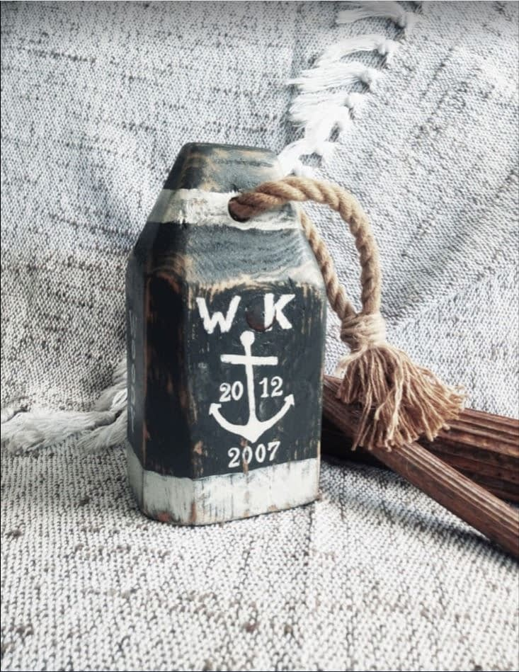 Houten boei ('buoy') geverfd en voorzien van namen en data voor een 12,5 jarig huwelijk.