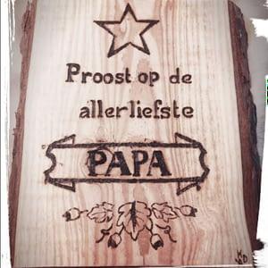 """Houten vaderdag-bord """"Proost"""" met tekst gebrand"""