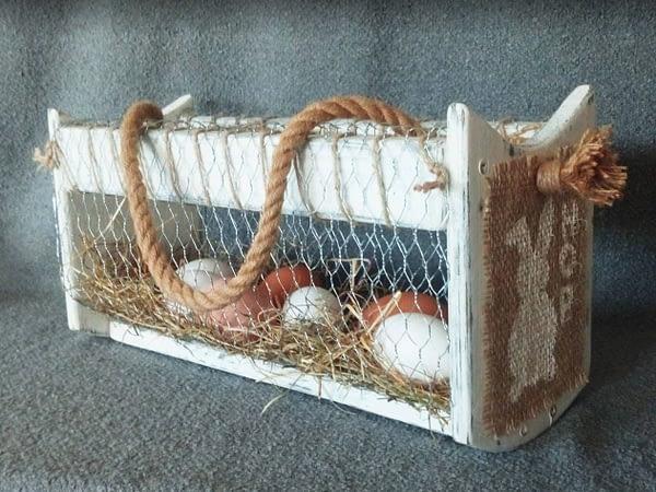 Paas-mandje gemaakt van pallethout voorzien van tekeningen